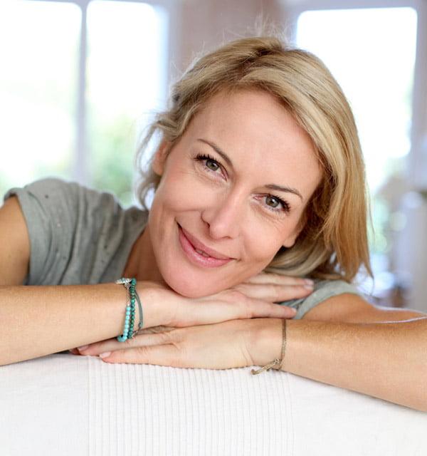 smiling-woman-sofa